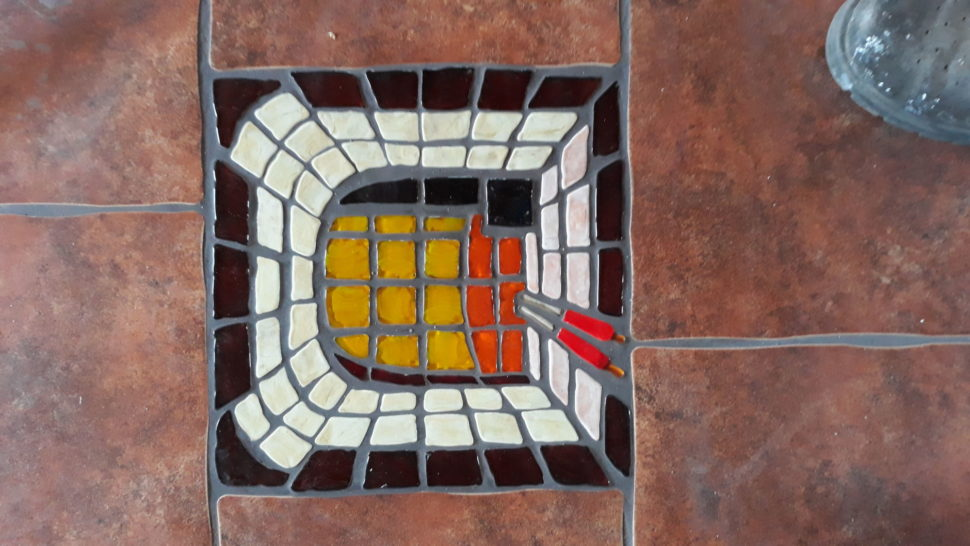 Sklářská pec, ručně zhotovená dlaždice zdobící podlahu vdílně.